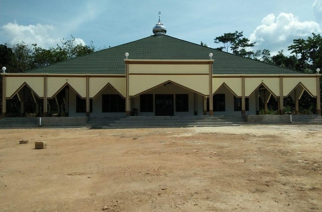 Pembangunan Masjid Agung Desa Adi Luhur, Alhamdulilah telah selesai berkat semangat kegotong royongan masyarakat.