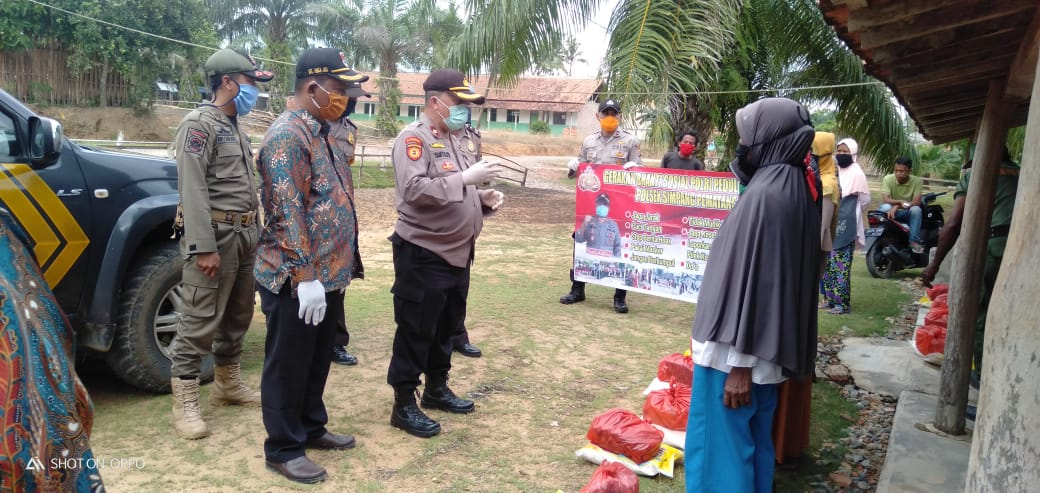 Polri Peduli Salurkan Bantuan Kepada Warga Desa Adi Luhur