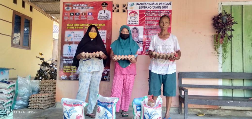 Sebanyak 172 Keluarga Penerima Manfat Desa Adi Luhur Tersalurkan Bantuan Pangan Non Tunai (BPNT)